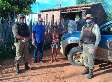 PM e moradores de Tucano distribuem cestas básicas para 200 famílias carentes
