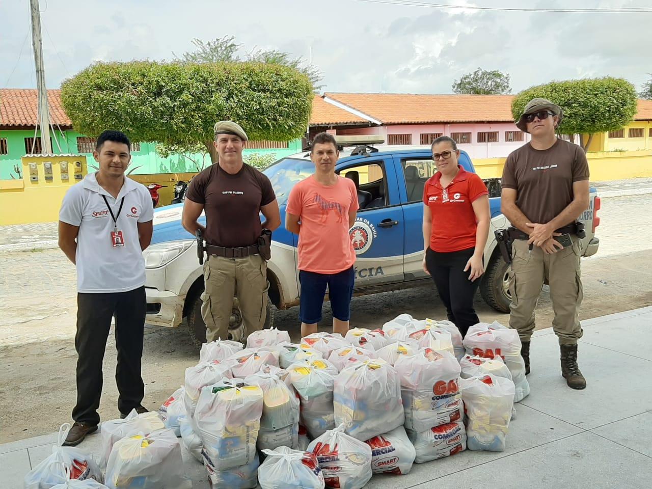PM arrecada e distribui dezenas de cestas básicas em Tucano