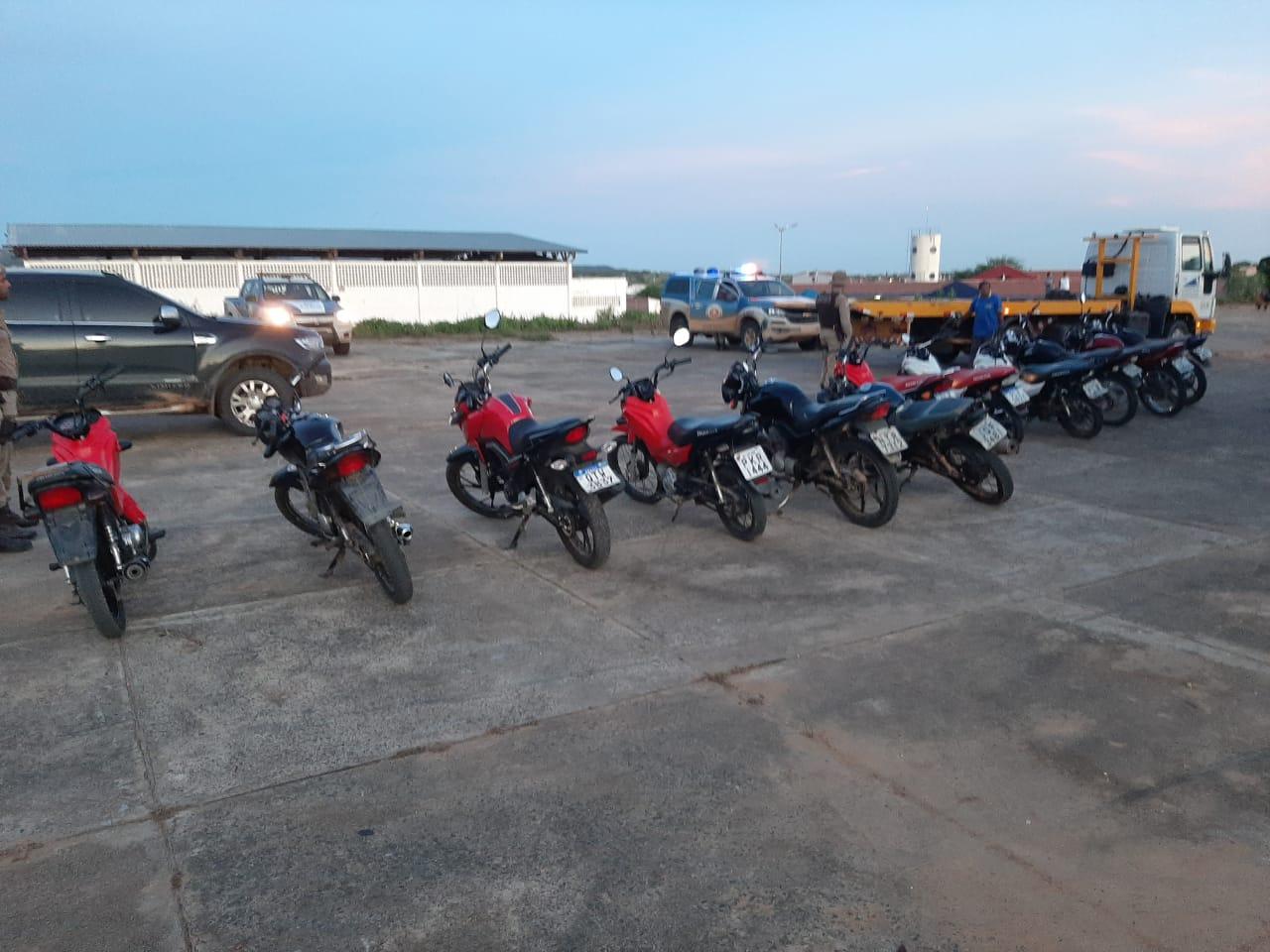 Motos são apreendidas após participação em rachas, manobras arriscadas e aglomeração de pessoas em Tucano