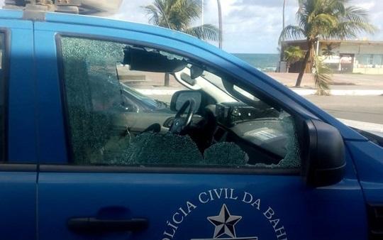 Homem sem máscara é retirado de ônibus e preso após apedrejar viaturas na Bahia
