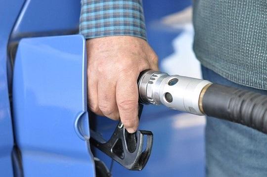 Mais cara, porém mais econômica: Brasil terá nova gasolina em agosto