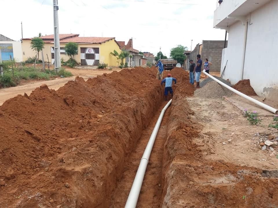 Prefeitura de Araci conclui obras de esgotamento sanitário em rua do Bairro do Coqueiro