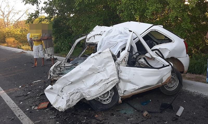 Homem bate carro de frente com carreta e morre na BR-116 em Araci; veículo ficou totalmente destruído