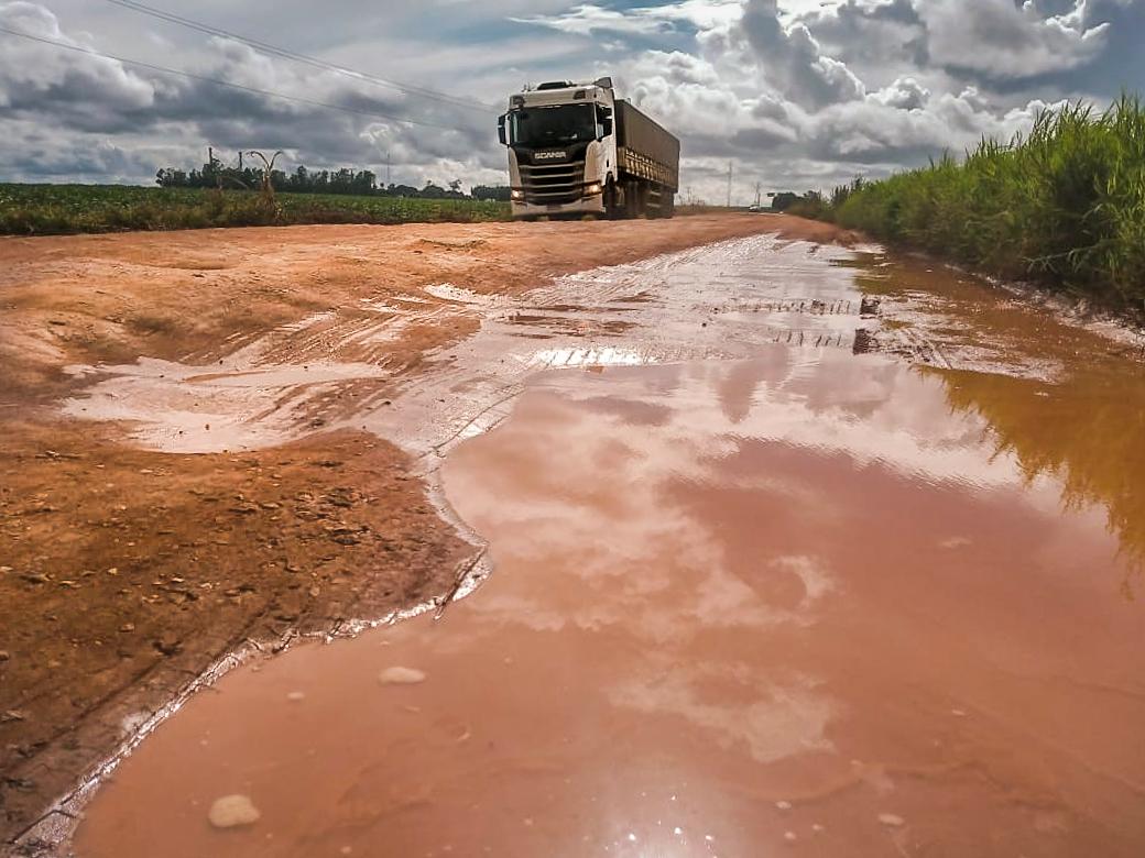 Às vésperas da colheita da soja, principal rodovia do oeste da Bahia está em péssimas condições