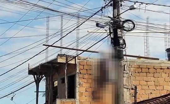 Idoso morre eletrocutado após encostar em fio de alta tensão na Bahia; corpo fica pendurado